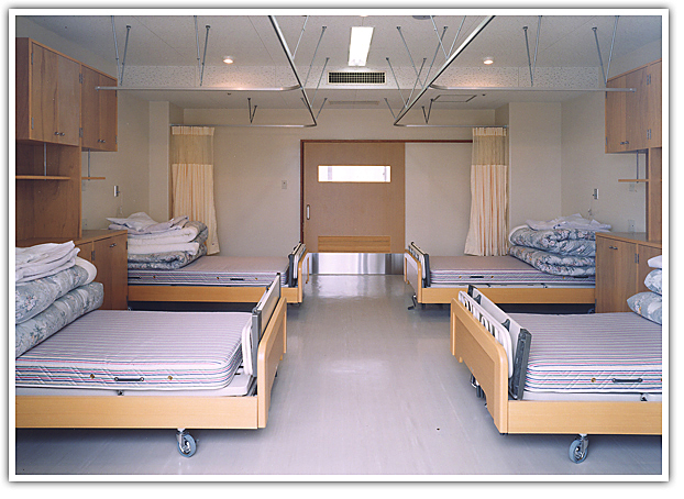 【写真】特別養護老人ホーム日進ホームの居室 4人1部屋の多床室